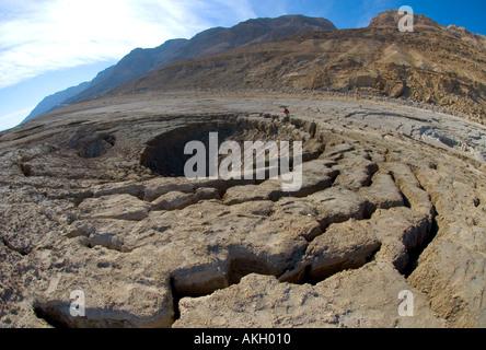 Israel Totes Meer Dolinen natürliches Phänomen aufgrund der rückläufigen des Toten Meeres weiten Blick mit Waschbecken - Stockfoto