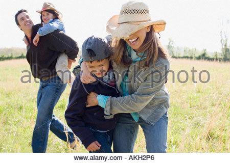 Familie spielen auf Feld - Stockfoto