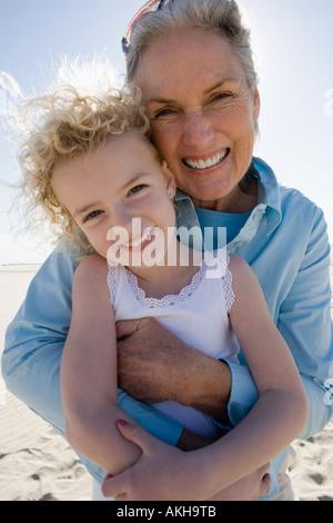 Großmutter und Enkelin posiert am Strand - Stockfoto