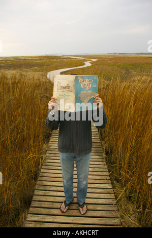 Mann mit Atlas am Boardwalk Wellfleet Cape Cod Massachusetts - Stockfoto