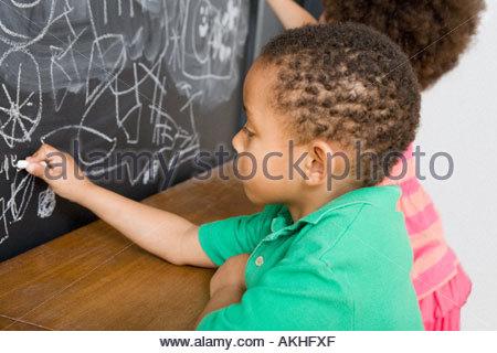 Zeichnung einer familie auf einer tafel stockfoto bild for Sofa zeichnen kinder