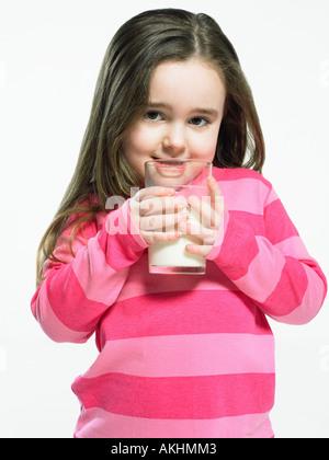 Mädchen mit einem Glas Milch - Stockfoto