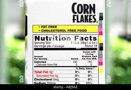 lebensmittel etikett auf der seite produkte zeigen fette gesttigte fettsuren cholesterin kalorien kohlenhydrate stockfoto - Gesattigte Fettsauren Beispiele