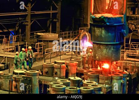 Arbeiter Gießen Stahlschmelze in Formen auf eine Schrott-Metall-Gießerei in Pittsburg - Stockfoto