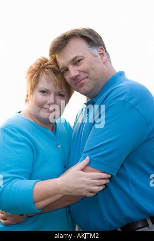 Porträt des mittleren gealterten paar umarmt - Stockfoto