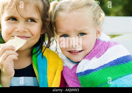 Nahaufnahme von zwei kleinen Mädchen in Handtücher - Stockfoto
