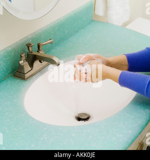 Nahaufnahme von Händewaschen im Waschbecken im Bad - Stockfoto