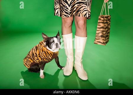 Geringen Teil der Frau im Animal-print mit Hund - Stockfoto