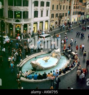 Barcaccia Brunnen am Fuße der spanischen Treppe und Via del Babuino in Rom Italien KATHY DEWITT - Stockfoto