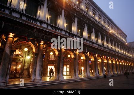 St. Markus ist Platz in Venedig in der Dämmerung im Winter Caffe Florian auf der linken Seite - Stockfoto