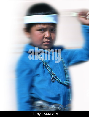 USA - ARIZONA: Navajo Boy in einem traditionellen Pow Wow - Stockfoto