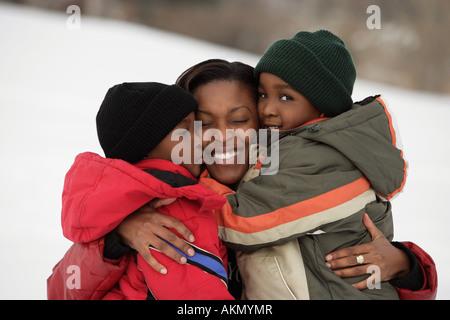 Mutter ihre Kinder umarmen - Stockfoto