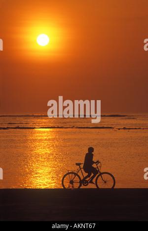 Kinder Reiten Fahrrad bei Sonnenuntergang Bali Indonesien - Stockfoto