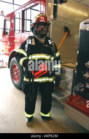 Feuerwehrmann mit Schutzausrüstung - Stockfoto