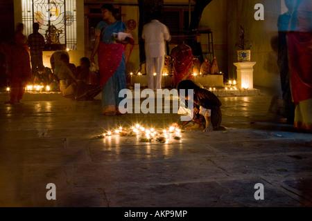 Indische Mädchen in einem hinduistischen Tempel auf einem Diwali Festival in Puttaparthi, Andhra Pradesh, India.Hindu - Stockfoto