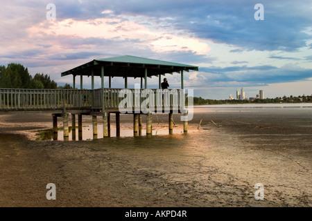 Eine Suche über eine trockene Lake Monger nach Monaten ohne Regen. Perth, Western Australia, mit den Wolkenkratzern - Stockfoto