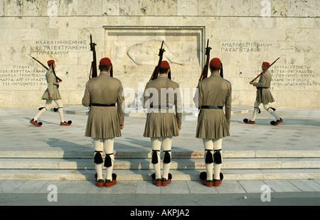 Athen Parlamentsgebäude Wechsel der Wachen Evzonen in Kilts und Pom Pom Schuhe - Stockfoto