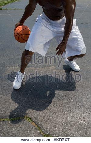 Ein Mann, Basketball spielen - Stockfoto