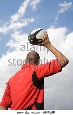 Rückansicht des ein Rugby-Spieler werfen einen Rugby-ball - Stockfoto