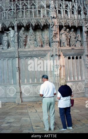 """Chartres-Frankreich, innen """"die Kathedrale Notre Dame"""" im Mittelalter, geschnitzten Stein Dekor Tourist paar """"besuchen - Stockfoto"""