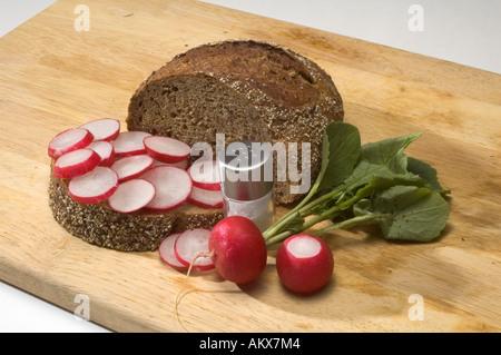 Imbiss mit Brot und Radieschen - Stockfoto