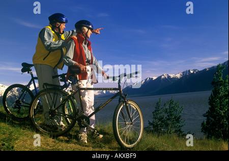 Älteres Paar mit Mountain-Bikes, genießen die Aussicht Herr - Stockfoto