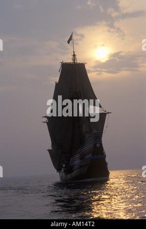 Silhouette der eine Nachbildung der Mayflower II Plymouth Massachusetts - Stockfoto