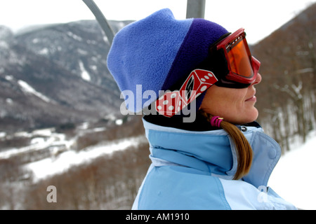 Mädchen reiten auf Ski Sessellift Cannon Mountain New Hampshire - Stockfoto