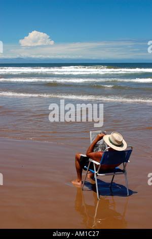 Man genießt das Papier an den Strand Punta del Este-Uruguay - Stockfoto