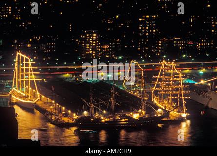 Großsegler angedockt am Abend im Hafen von New York während der 100-Jahr-Feier für die New Yorker Freiheitsstatue - Stockfoto