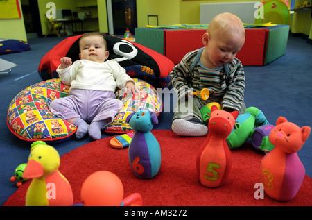Kleine Kinder und Kleinkinder spielen auf weiche Spielbereich. - Stockfoto