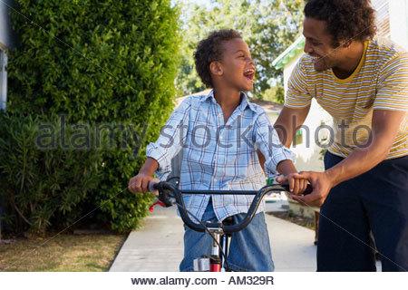 Vater Lehre Sohn, mit dem Fahrrad in Einfahrt - Stockfoto