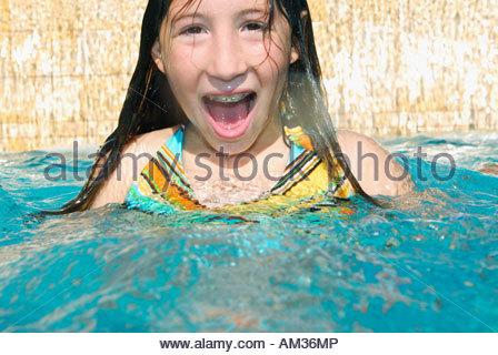 Mädchen im Schwimmbad mit offenem Mund - Stockfoto