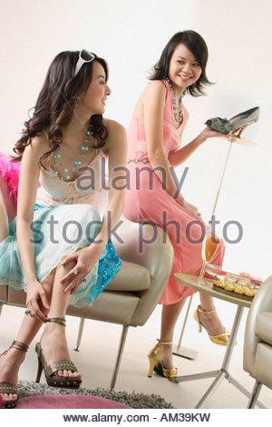 Zwei Frauen Schuhe anprobieren - Stockfoto