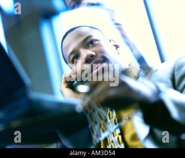 afrikanische amerikanische Geschäftsmann am Telefon im Büro - Stockfoto