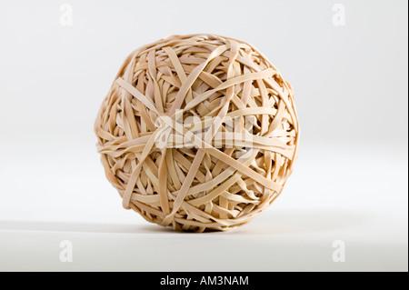Gummiband-Ball auf weißem Hintergrund im Studio. - Stockfoto