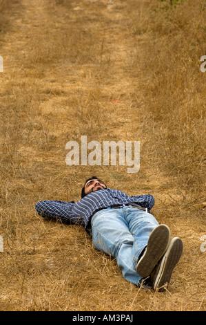 Junger Mann im Feld allein - Stockfoto