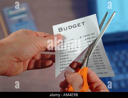 Ein Mann schneidet seinen Haushalt mit einer Schere - Stockfoto