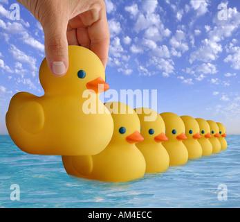 Kautschuk-Spielzeug in Folge auf dem Wasser schwimmende Enten - Stockfoto
