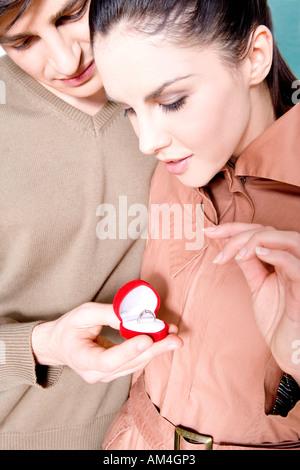 Mann einen Frau Verlobungsring - Stockfoto