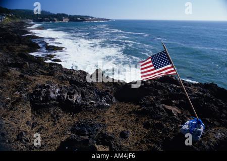Amerikanische Flagge auf felsigen Küstenlinie entlang Highway 101 nach 9/11 Depoe Bay Küste von Oregon USA - Stockfoto