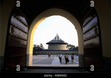Tian Tan, Tempel der guten Ernte, Peking - Blick in Innenhof durch Tür - Stockfoto