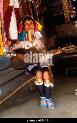 Thailand, Mae Hong Song, Karen ethnische Gruppe, Frau mit langem Hals oder Giraffe Frau spielt Gitarre Stockfoto