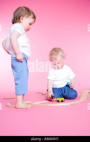 jungen und Mädchen spielen mit Autos - Stockfoto