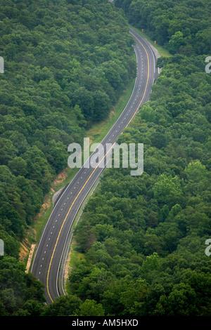 Einsame leere kurvenreiche Appalachian Bergstrasse. Virginia VA USA. - Stockfoto