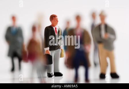 Menge der Geschäftsleute Figuren konzentrierte sich selektiv auf Geschäftsmann in Mitte mit dem Aktenkoffer - Stockfoto