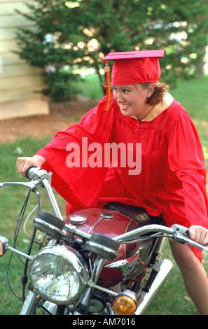 Dipl.-rote Mütze und Mantel Alter 18 sitzen auf ihrem Motorrad. Elkhart Indiana USA - Stockfoto