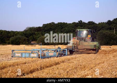 Landwirt Ballen Stroh Traktor mit Ballenpresse 4 - Stockfoto