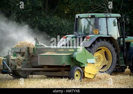 Landwirt Ballen Stroh Traktor mit Ballenpresse 6 - Stockfoto