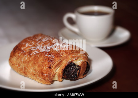 Pain au Chocolat mit Kaffee - Stockfoto